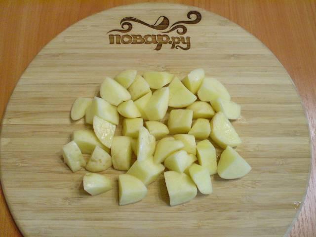 5. Картофель очищаем и режем кусочками.
