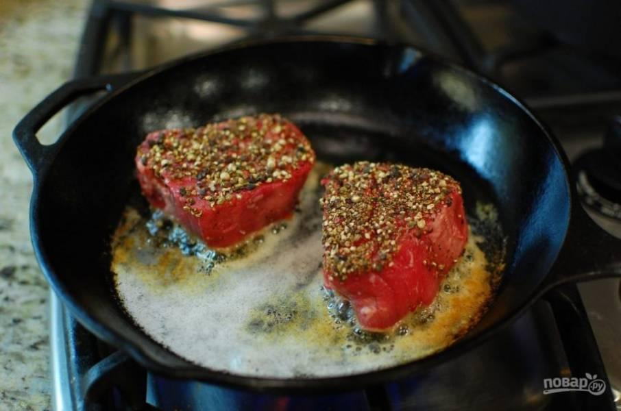 5.Выложите мясо пряной стороной на разогретую поверхность.
