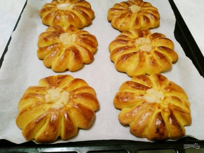 Оставьте булочки в тепле для расстойки на 15-20 минут, а затем поместите в разогретую до 180 градусов духовку и выпекайте в течение 30-35 минут до золотистого цвета.