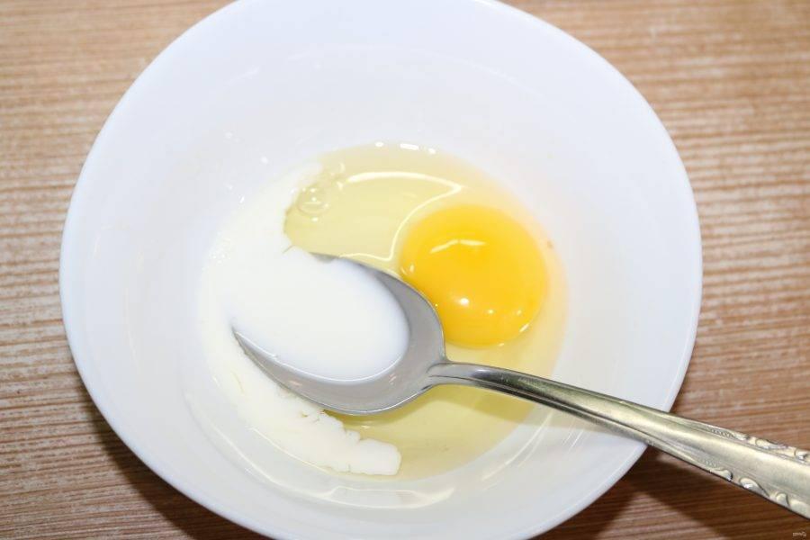 Разбейте яйцо в миску, налейте молоко, добавьте крахмал и перемешайте до однородной массы.