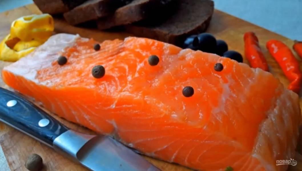 3. Накройте посудину крышкой и оставьте в холодильнике на сутки. Теперь рыбку можно пробовать. Приятного аппетита!