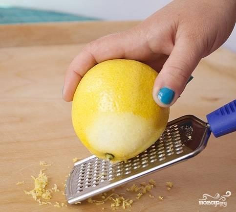 Шаг 2. Потрите лимон на терке для получения цедры. Измельчите чеснок.