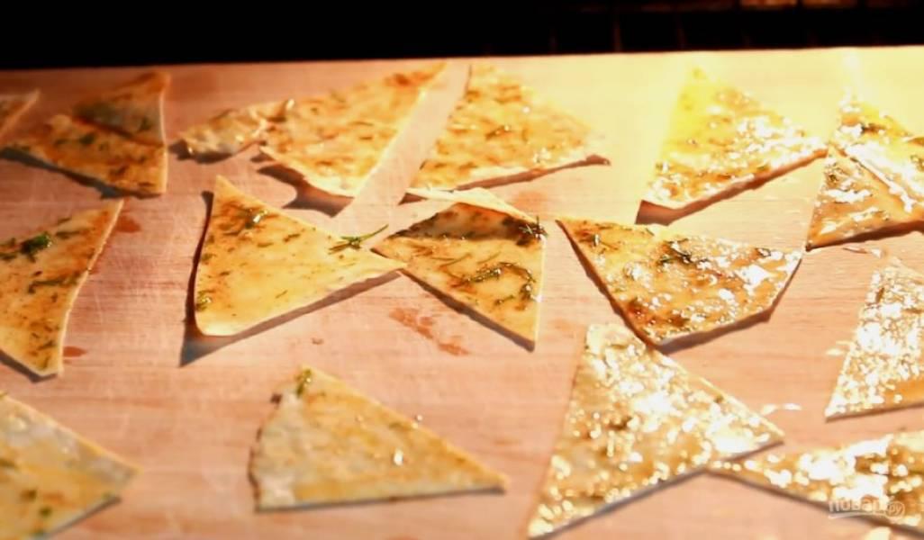 Выложите заготовки на противень, застеленный пекарской бумагой, и отправьте в духовку, разогретую до 200 градусов, на 2-3 минуты. Начос полностью остудите и подавайте с любимым соусом!