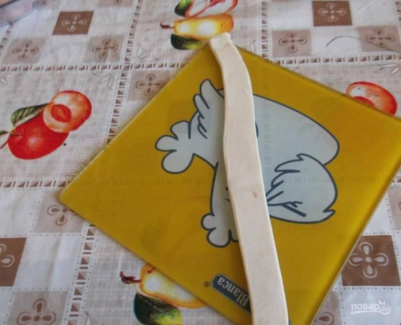 2. Берем каждую отдельную полоску, кладем сосиску к краю, заворачиваем по спирали.