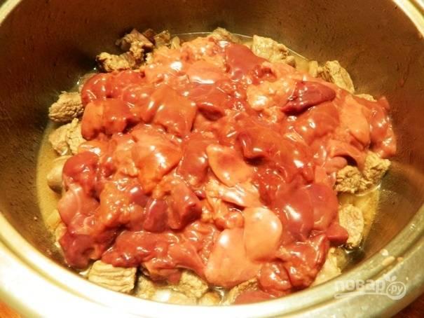 9. Через 5 минут добавим к остальным ингредиентам печень, перемешиваем все и жарим еще 5-10 минут.