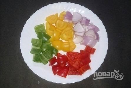 Овощи почистите, помойте и порежьте крупным кубиком.