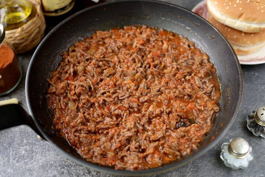 Тщательно перемешайте содержимое сковороды и тушите на умеренном огне минут 5-7, чтобы жидкость слегка загустела. Дальше попробуйте фарш на вкус, если кисловато, добавьте немного сахара.