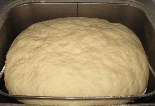 6. Осталось довериться технике. После замеса нужно оставить тесто примерно на 1.5-2 часа. Без хлебопечки этот процесс тоже не очень сложный: смешав все ингредиенты, нужно накрыть тесто чистым полотенцем и оставить в тепле.