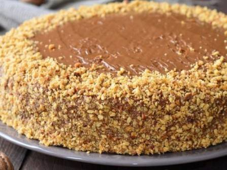 И красиво обсыпаем бока торта или весь торт орешками. Сверху можно украсить фруктами или шоколадом, фантазируйте:) Отправим торт на пару часов в холодильник. Затем его можно подавать к столу.