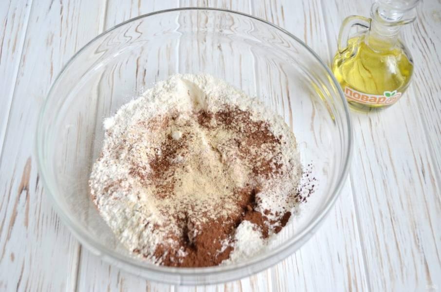 Соедините все сухие ингредиенты, исключая сахарную пудру. Перемешайте очень тщательно, чтобы не попадались комочки специй или какао. Используйте соду или разрыхлитель, у меня он домашнего производства из соды и лимонной кислоты.