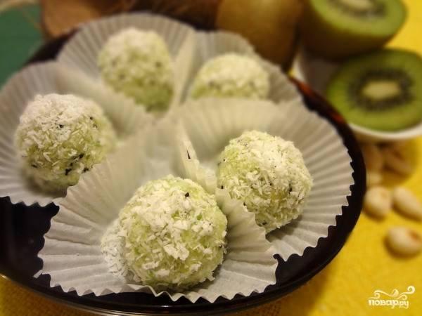 8. Полученные конфеты поместите в холодильник на целый час. Блюдо готово! Вы можете вместо киви положить любой другой фрукт: дыню, персик, манго.