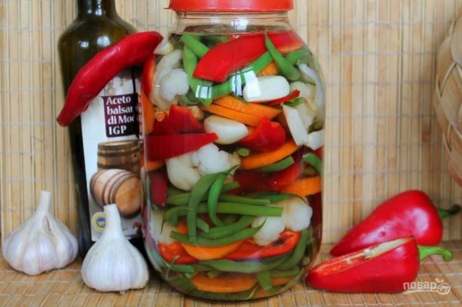 Заливаем овощи рассолом и оставляем при комнатной температуре на сутки. Убираем банку в холодильник минимум на 4 дня.