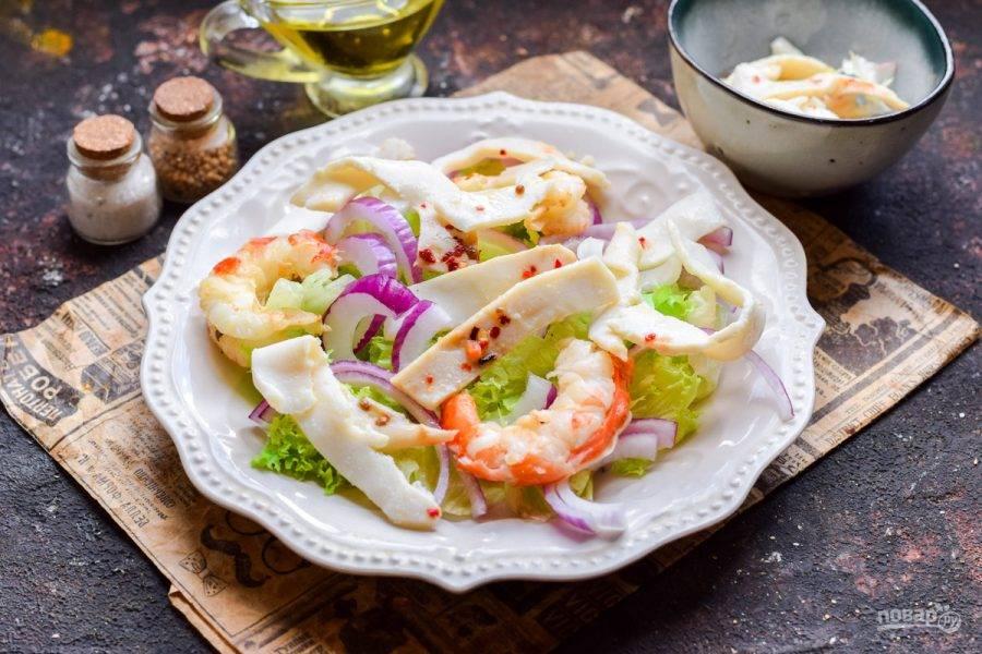 Добавьте в салат маринованные кальмары.