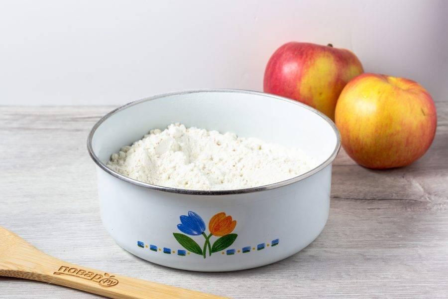 В просеянную муку добавьте разрыхлитель, соду, соль, сухой имбирь и цедру лимона. Цедру можно использовать сухую.