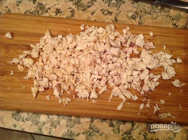2.Курицу режу некрупно и отвариваю в подсоленной воде, затем остужаю и нарезаю мелкими кусочками.