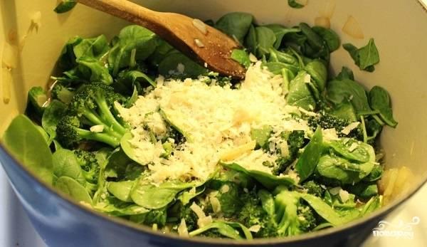 3. На среднем огне проварите около 10-12 минут до мягкости. Если вы любите более разваренные овощи, можете варить чуть дольше. Натрите на терке сыр, выложите его в кастрюлю. Перемешайте все, подержите на огне еще пару минут.