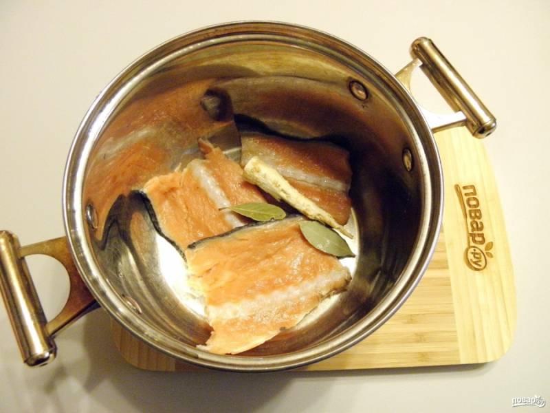 Рыбу для варки бульона положите в кастрюлю, добавьте корень петрушки, лавровый лист, соль. Залейте холодной водой, доведите до кипения и сварите бульон. Из готового бульона удалите хребты рыбы, процедите его через марлю. Если на хребтах много мяса, то снимите его и верните в бульон. Если варите из мелкой рыбешки, то ее после варки нужно выбросить, как и корень петрушки, специи. В среднем варите бульон минут 30.