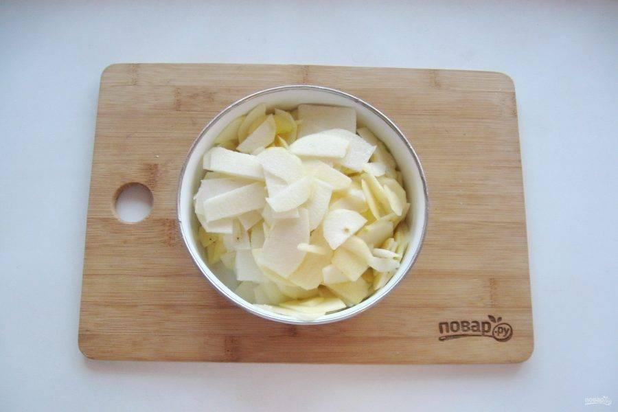 Яблоки и груши помойте, очистите и нарежьте тонкими пластинками.