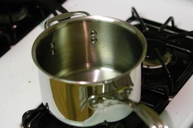 Выбираем такую кастрюлю, чтобы брюссельская капуста легла в один слой. Залейте в пустую кастрюлю 6 мм воды. Закрыть крышку и довести воду до кипения на сильном огне. Добавить пол ложки соли.