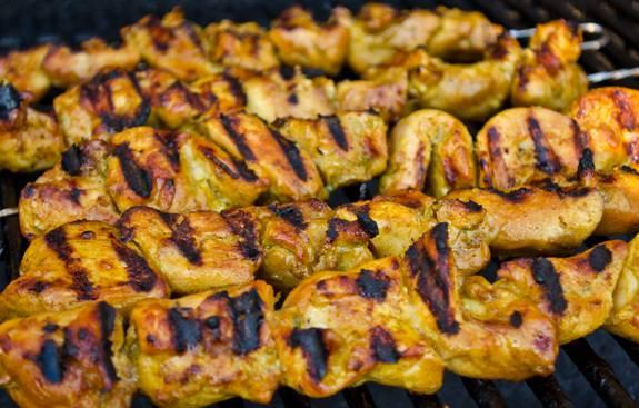 6. Также такую курочку можно приготовить дома на гриле, обжарив около 5-7 минут с каждой стороны. Благодаря пикантному соусу курица получается очень вкусной.