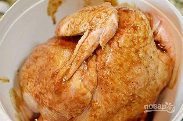 Залейте полученным маринадом курицу и оставьте её часа на 2 минимум. Периодически переворачивайте птицу.