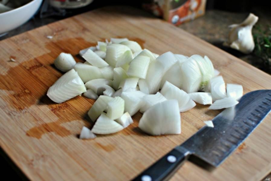 Пока жарится мясо, порежьте лук и чеснок.