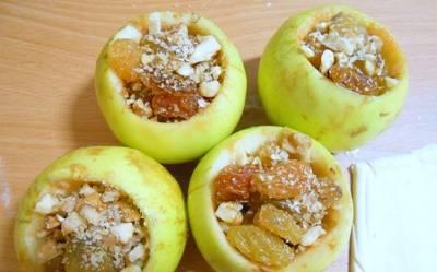 2. Вынимаем сердцевину и моем еще раз. Теперь начиняем наши яблоки. Я обычно использую ягода, мед и орехи, но вы можете выбрать в качестве начинки все, что угодно.
