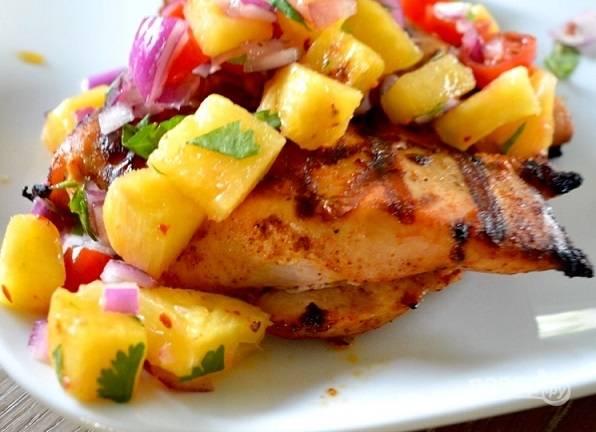 5. Вот такая курица на гриле с ананасовой сальсой. Аппетитно, просто и весьма оригинально. Угощайтесь!
