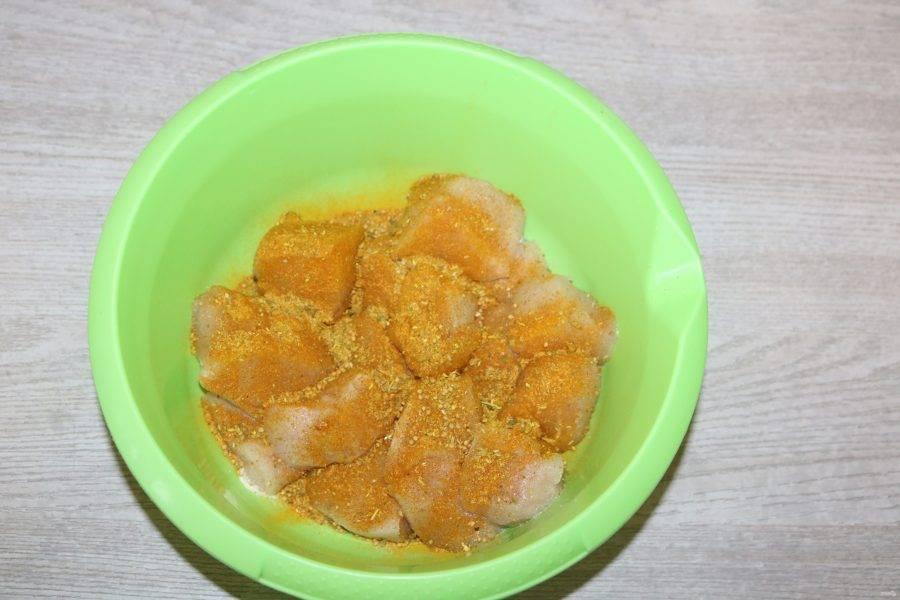 В глубокую миску выложите нарезанное куриное филе, слегка посолите, посыпьте специями.