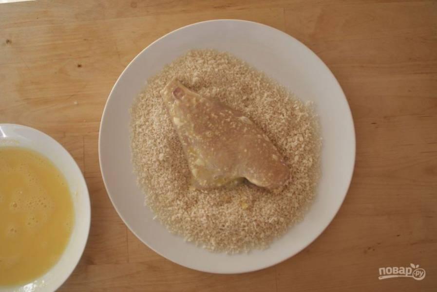 Последним этапом панировки будут сухари. Обваляйте филе рыбы в сухарях.