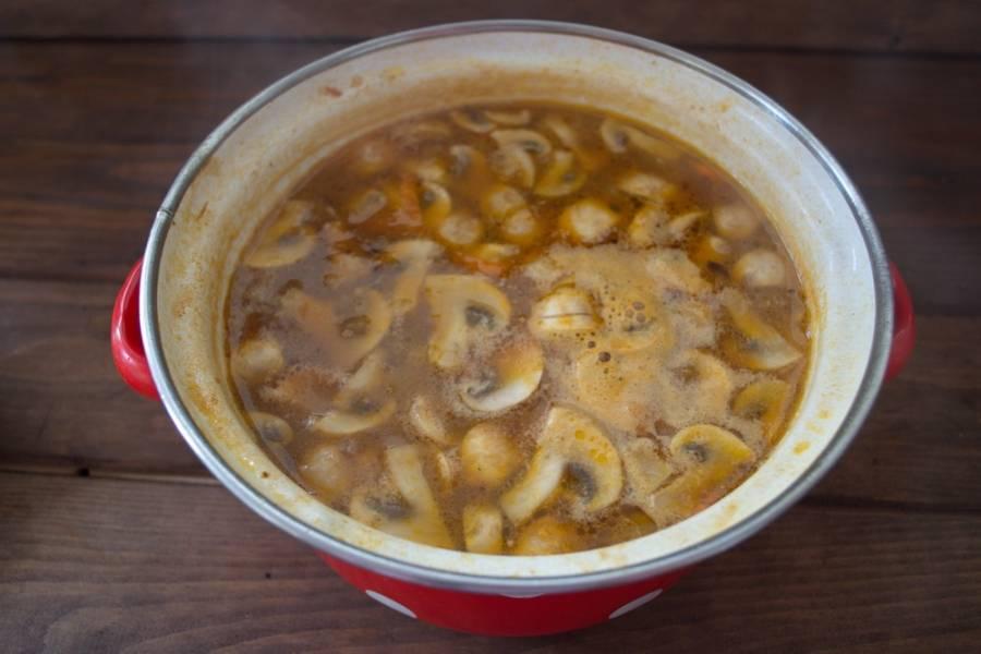 Добавляем сырые шампиньоны. Варим еще 10 минут. Добавляем соль, специи по вкусу. Доведите суп до готовности — и выключайте.