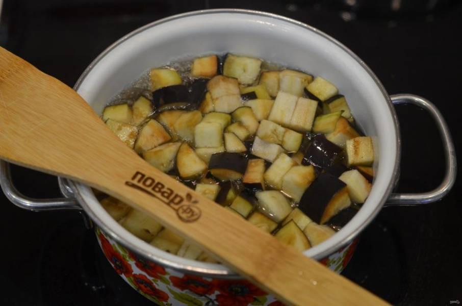 3. Добавьте в кипящий рассол баклажаны, доведите до кипения и варите в течение 5 минут.
