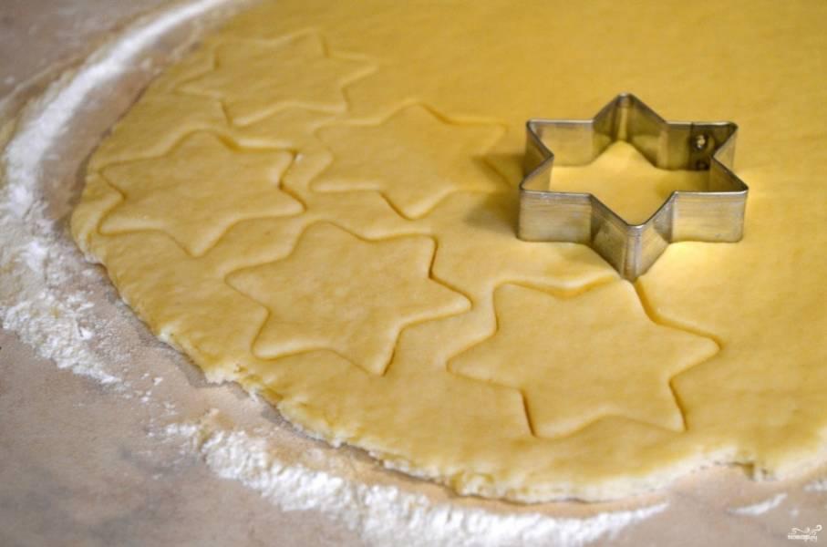 Замесите гладкое тесто, раскатайте и с помощью разных формочек вырежьте печенье.