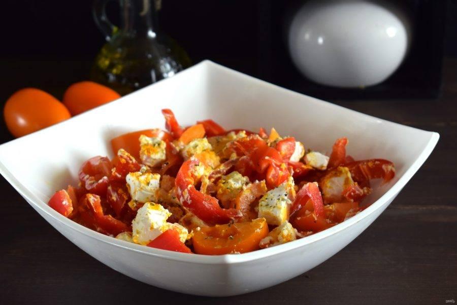 Соедините все в салатнике, посыпьте сушеным базиликом. Приятного аппетита!