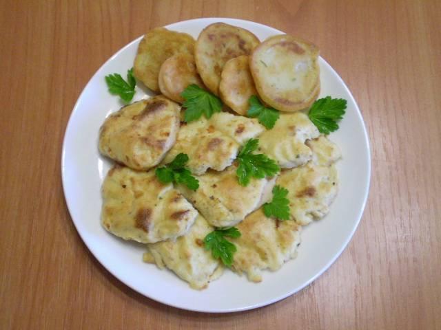 7. Снимите готовые кусочки курицы с противня, подайте горячими с овощами и соусом. Приятного!