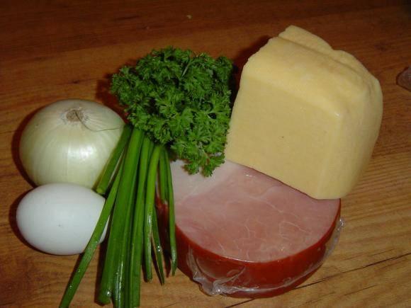 Зелень измельчаем. Лук и ветчину нарезаем мелкими кубиками и обжариваем на сливочном масле до легкой золотистости.
