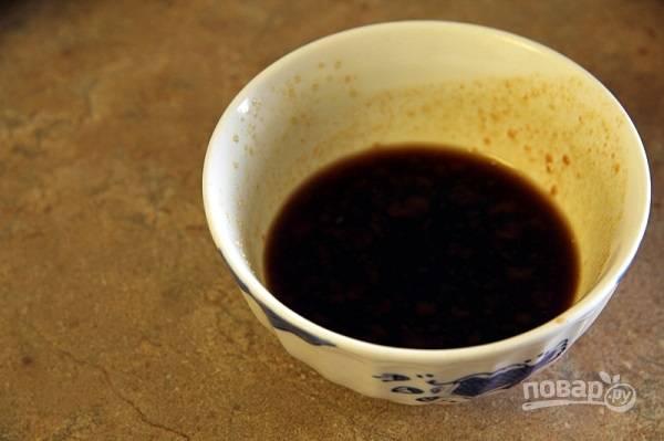 4. В небольшую мисочку отправьте соевый соус, воду, кетчуп, уксус и сахар. Тщательно перемешайте.