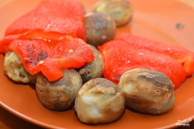 Запеченные перцы аккуратно очищаем от семян, баклажаны - от кожицы.