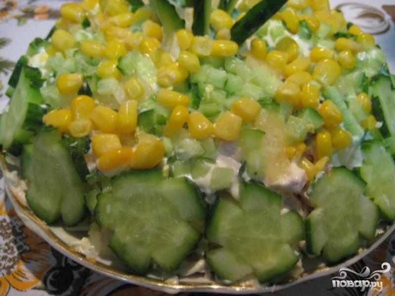 5. Салат украшаем на свой вкус. Можно подавать на праздничный стол.