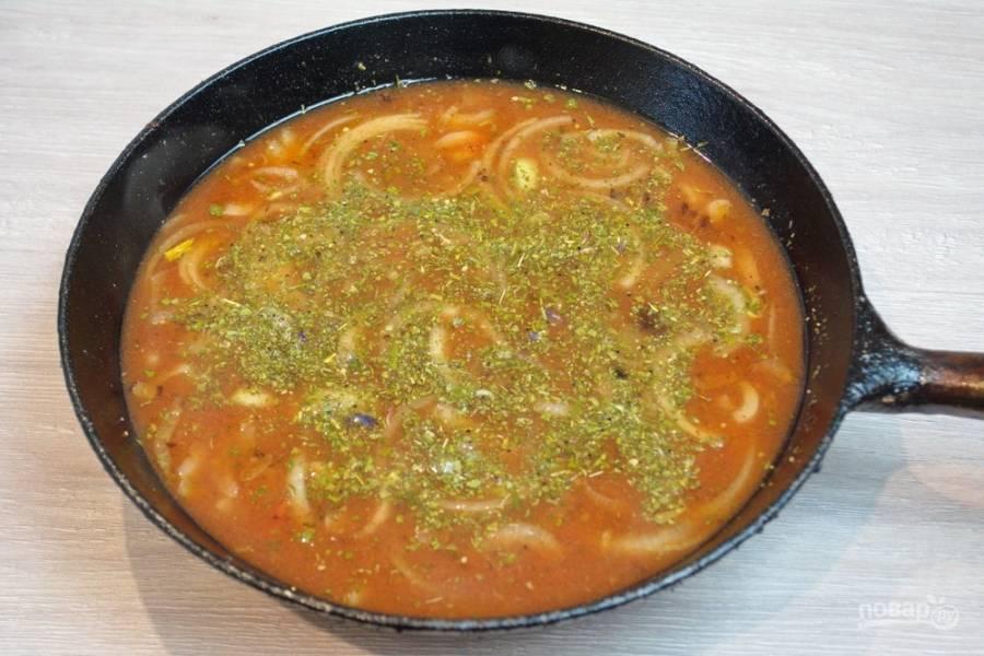На растительном масле обжарьте лук. Когда он станет мягким и едва румяным, добавьте томатный сок и томатную пасту. Размешайте и дайте закипеть. Добавьте специи, соль, сахар. Можно добавить воды, но столько, чтобы уровень жидкости полностью покрыл наши фрикадельки.