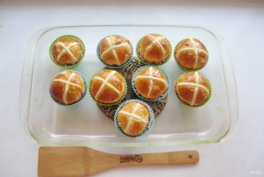 Выпекайте булочки в духовке заранее разогретой до 180 градусов в течение 25-30 минут.