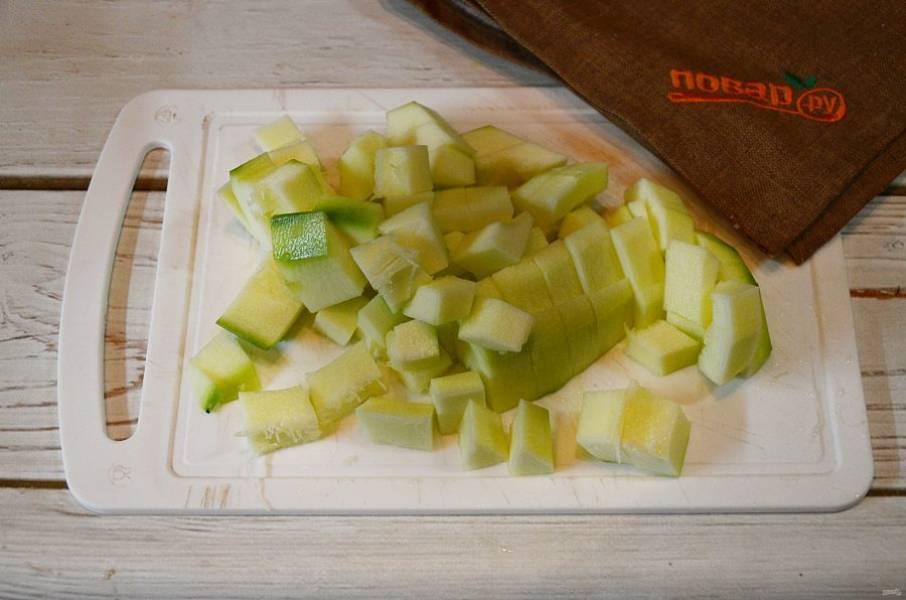 1. Кабачки почистите, удалите семечки и нарежьте кубиками.