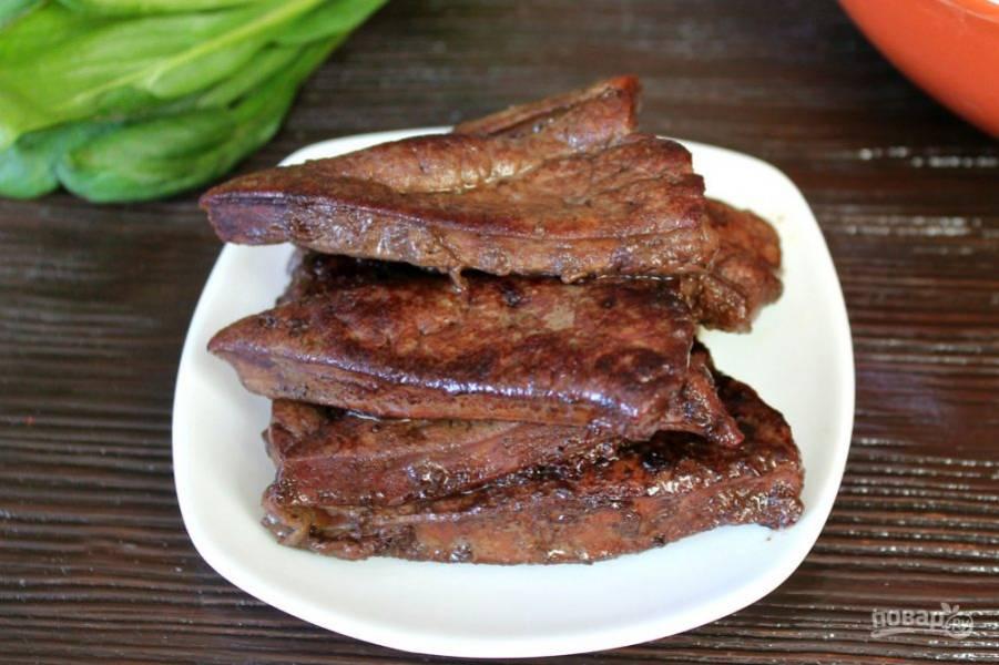 Говяжью печень режем тонким кусочками и обжариваем на подсолнечном масле до готовности. Соль не добавляем.