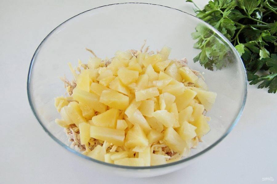 С ананасов слейте жидкость и добавьте к остальным ингредиентам.