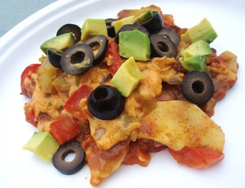 К готовой запеканке нарежьте оливки (колечками) и авокадо (кубиками). Приятного аппетита!