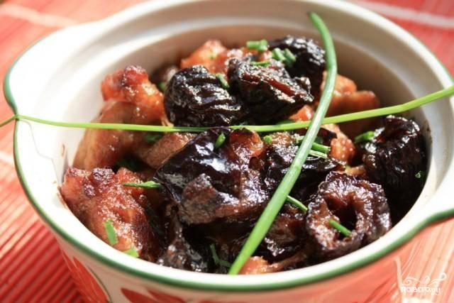 Пробуем свинину - если готова, то блюдо снимаем с огня и подаем к столу. Если не готова - добавляем еще воду и тушим до готовности свинины. Приятного аппетита!