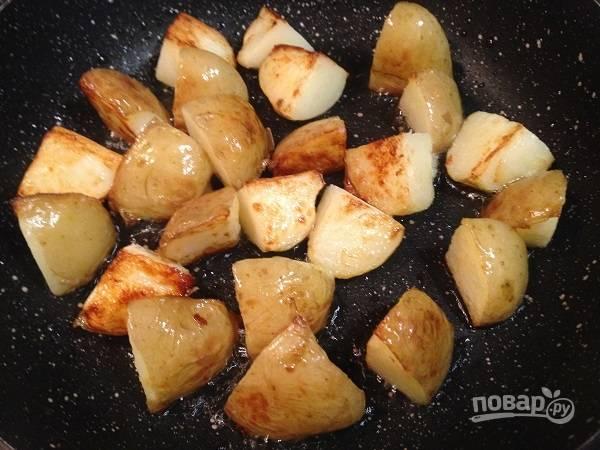 2. И обжариваем картофель на разогретой с оливковым маслом сковороде до румяной корочки.