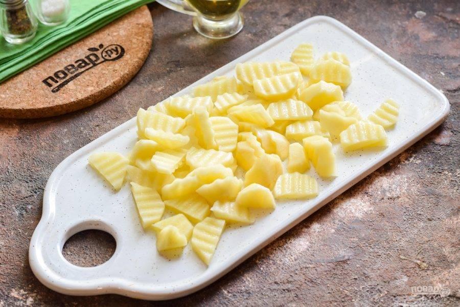 Теперь очистите картофель, вымойте и просушите. Нарежьте картофель произвольно и добавьте в кастрюлю, варите 10 минут.