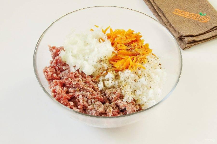Соедините мясной фарш, рис, мелко нарезанную луковицу, натертую на терке и немного спассерованную морковь. Добавьте соль и специи по вкусу.