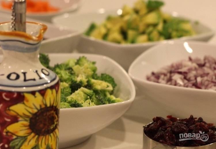 4.Очистите авокадо и нарежьте кубиками, разберите брокколи на соцветия, нарежьте кубиками морковь, красный лук, небольшими кусочками помидоры, измельчите чеснок.